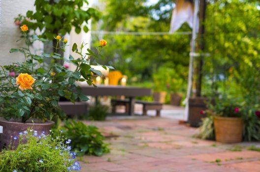 庭を綺麗にしたい!雑草対策・庭木や花壇が見違えるアイデアを紹介!